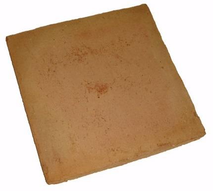 E um ladrilho desenformado a areia, com a aresta viva, mas fica com a cor natural do barro que é usado na moldagem.