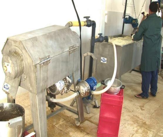 Notre huile de pépins de figue de barbarie est obtenue par le broyage des fruits, la séparation de pépins du pulpe, le lavage des pépins à l'eau pure, leur séchage, leur nettoyage, puis leur pressage.