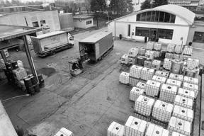 L'azienda dispone di mezzi propri e di personale formato per il trasporto di merci pericolose (ADR).