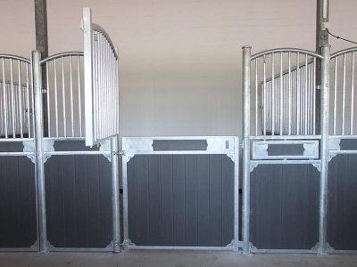 Luna ist ein interessanter Pferdebox für Ihren Reitstall. Holzfüllung und verzinkte Stahlkonstruktion bilden den Innenbox Luna.