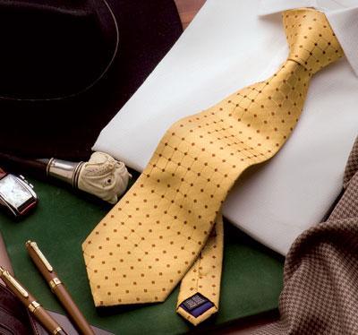 Wir produzieren für Sie Corporate Identity Krawatten in Seide oder Polyester mit Ihrem Logo auf der Vorderseite der Krawatte aber auch wie auf der Aufnahme als Brandlabel