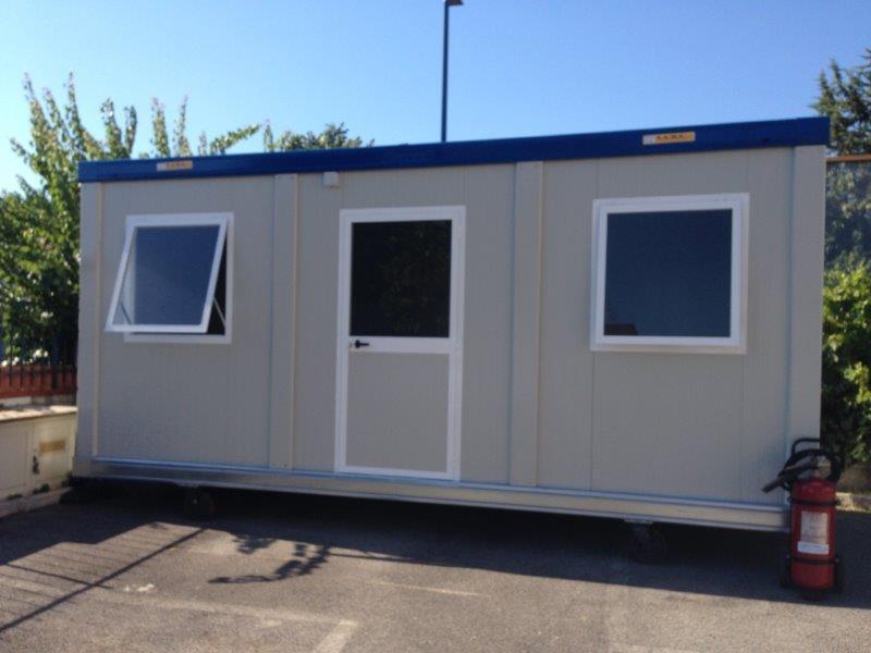 Box prefabbricati. Bungalow. Monoblocchi prefabbricati per cantieri edili, parcheggi, aree di esposizione. WC prefabbricati.