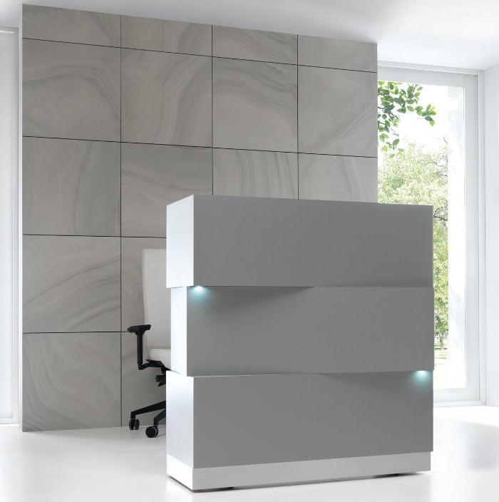 3 bloques rectangulares componen el mostrador ZEN. Los módulos están equipados con un sistema de luz LED que aporta distinción y hace que destaque en lugares más oscuros. Disponible en blanco o gris.