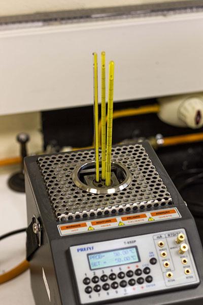 Emitimos certificados de calibración en nuestros laboratorios. Utilizamos patrones trazables a  ENAC (Entidad Nacional de Calibración).