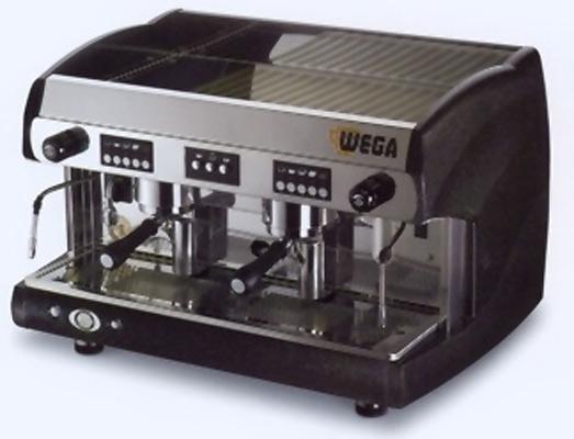 Una macchina da caffè che conquista con la particolarità delle sue linee e la morbidezza delle sue forme. Anche in versione elettronica. Per la versione 2 e 3 gruppi,  invece, è disponibile lo scroll.