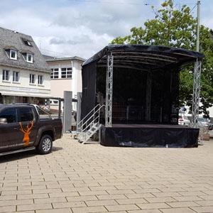 Wir verkaufen und vermieten Mobile Bühnen - Trailerbühnen, wie diese Rundbogenbühne, Typ Al-Stage mit 30qm Bühnenfl., Auf- und Abbau in 2 Stunden, beste Qualität von platzhirsch.event.bühne.technik.