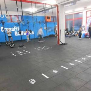 Per la realizzazione della superficie tecnica del Box CrossFit sono state utilizzate piastre in gomma alcune con inserti numerici e linee per una maggiore personalizzazione dell'area training.