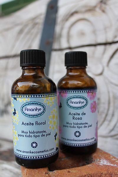 Aceites hidratantes florales que suavizan nuestra piel a la vez que perfuman de una forma exquisita y sutil.