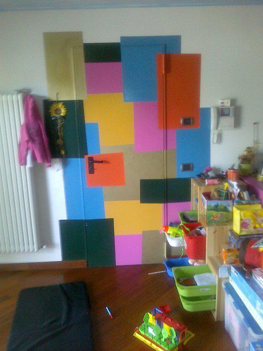 porta rei colorata in parete