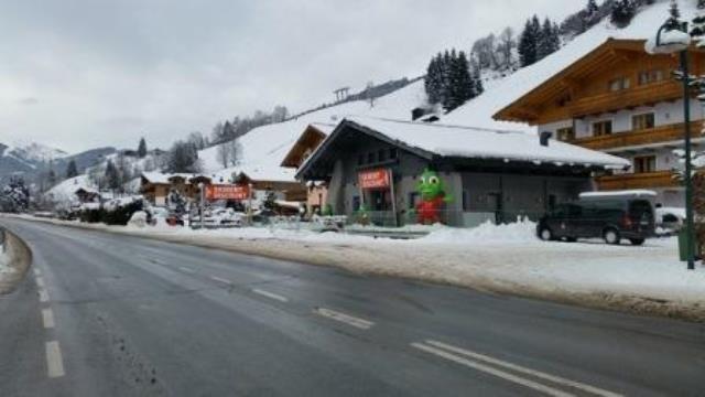 Erstklassige Skiausrüstung und Snowboardausrüstung inklusive Helm und Schuhe zum Skifahren in Saalbach Hinterglemm und Vorderglemm