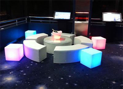 Location de poufs, banquettes et cubes lumineux ainsi que des tables basses pour l aménagement de vos espaces lounges.