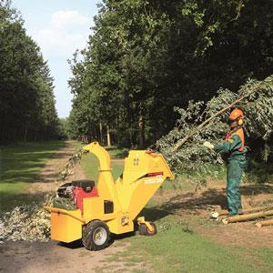 JO BEAU 'M500' woodchipper. A compact, professional chipper that fits in small vans and that has the capacity to get it trough gateways & house doors and chip branches of 12cm. Made in Belgium