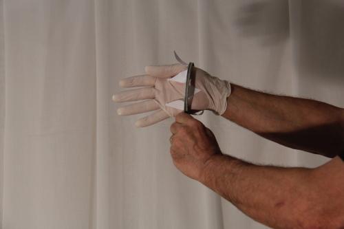 Demonstration du dispositif manuel d'installation de gants Alexandre BERECZKY
