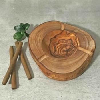 Il s'agit d'un cendrier rustique fabriqué manuellement en bois d'olivier