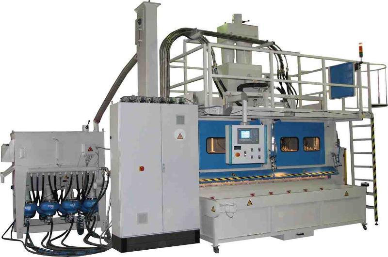 Durchlauf-Strahlautomat zum vollautomatischen Entgraten von gestanzten Kuststoffkanälen. / Fully automated deburring conveyor blasting machine for long plastic parts