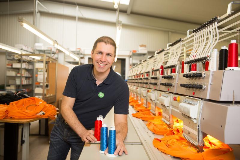 Frank Seifert mit Stickmaschine
