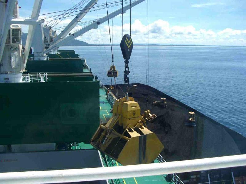 elektro-hydraulische Schiffsgreifer bei Entladung