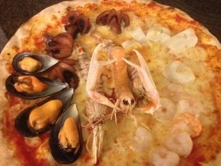 pizza con scampi, folpetti, gamberetti, vongole e canoce