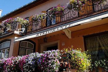 """In centro a Cortina, nell'isola pedonale """"corso Italia"""", a circa 300 metri dalla partenza della funivia """"Monte Faloria"""", si trova l'Hotel Pontejel"""