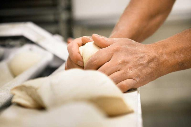 Nos boulangers fabriquent chaque nuit du pain frais, livré au petit matin à nos clients.