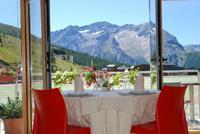 NEl dfettaglio, tavolo del ristorante con vista su montagna e vallata