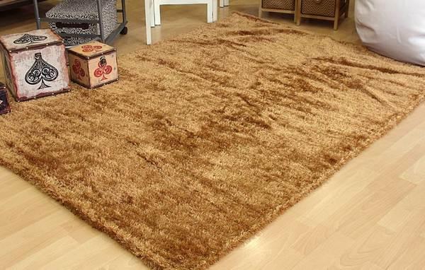 Hay una alfombra para cada necesidad y para cada suelo. Como esta alfombra de hilo medio en color camel, densa y acogedora.