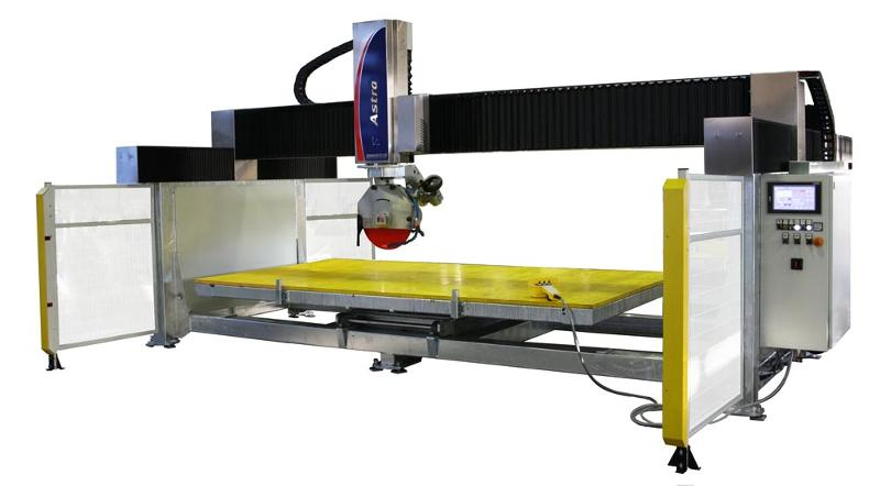 Mobil bridge saw 3 axis, for processing single and multiple cuts. The machinery can be equipped with automatic tilting table, manual rotating table, manual rotation head, manual tilting blade 0°-90°