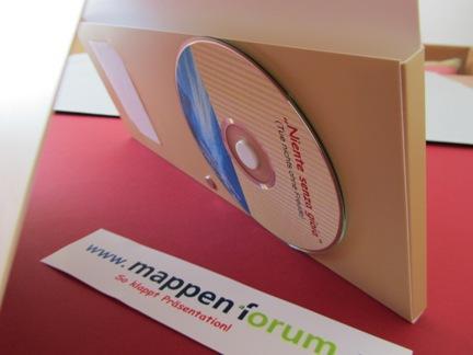 Mappe mit Schuber rechts, CD-Moosgummi, alternativ mit USB-Stick oder USB-Card.