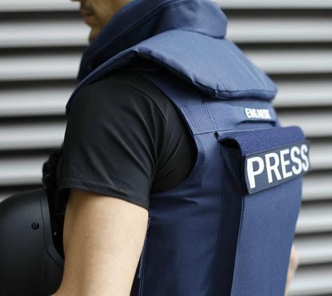 Protection intégrale, torse à 360°, cou, épaules et aine. Deux poches externes pour recevoir des plaques rigides de niveaux III ou IV. Idéal pour reporters et personnel ONG dans pays à risques.
