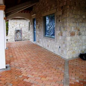 Pavimento realizzato con antichi mattoni 15/30 cm