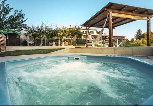 vasca idromassaggio esterna a disposizione degli ospiti