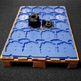 Vacuüm gevormde transporttray in slagvast polypropyleen voor motoronderdelen intern te transporteren.