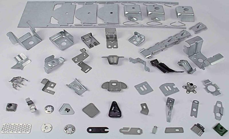 Estampado de metales . Bajo plano : bridas, placas, arandelas, piezas de fijacion, componentes electronicos, patas...