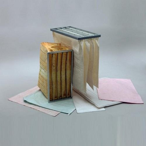 Filtres constituées de poches en fibre synthétique ou fibre de verre assemblées entre elles et fixées dans un cadre en acier ou plastique à double rebord.