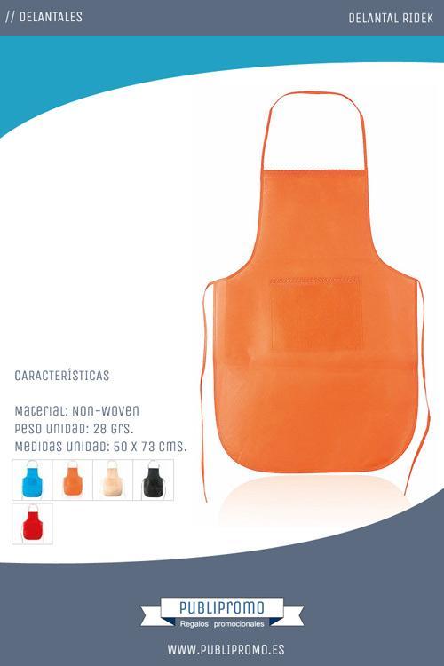 Un modelo de delantal que puede encontrar en cinco colores disponibles, que cuenta con un amplio bolsillo central en el pecho y cintas para el cuello y de ajuste a la cintura.