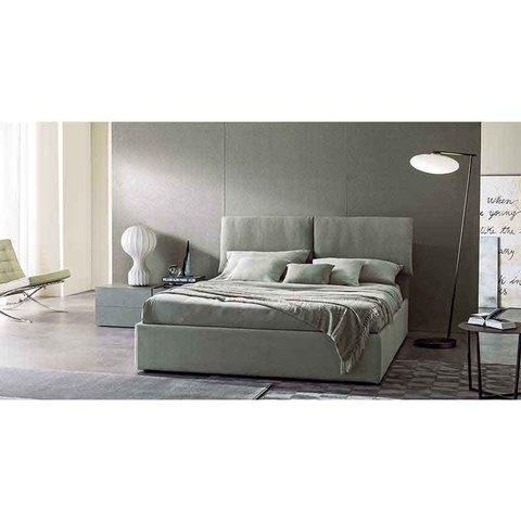 il letto Klip è valorizzato dai cuscini di testata.