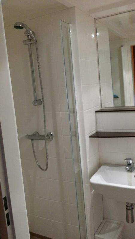 Luxe afgewerkte S-pod gebruiksklare badkamer - model Tradiline - met tegeldessin.  met optioneel glazen douchedeur. Afmeting 210x140cm, douchedeel 80x80cm.