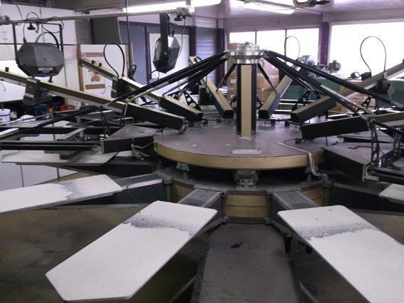 Notre atelier de fabrication comprend 4 machines semi-automatiques de sérigraphie sur textile vêtements et chapellerie.