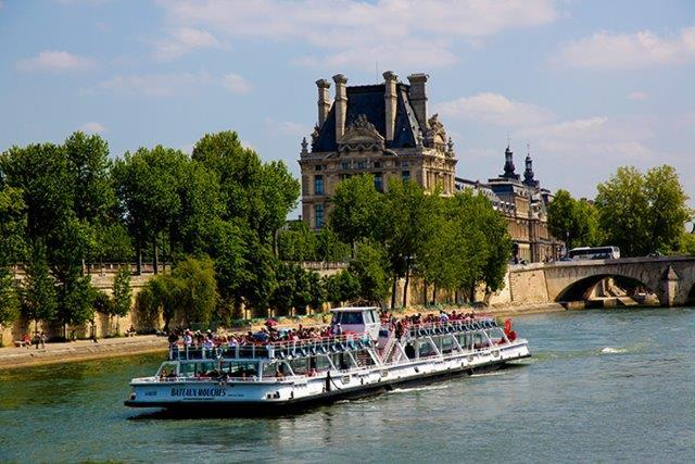 Bateaux Mouches sightseeing boat with a capacity of almost 1000 people