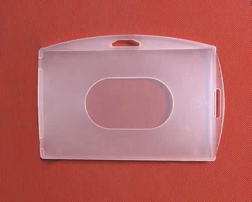 Holdery do kart  i identyfikatorów. Chronią kartę przed zniszczeniem. W ofercie holdery na jedną dwie lub 3 karty w orientacji pionowej lub poziomej.