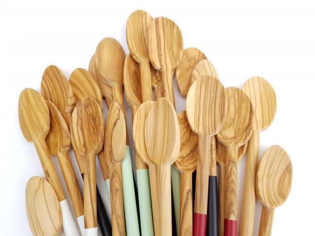 Ustensiles de cuisine en bois d'olivier fait en France de manière artisanale .