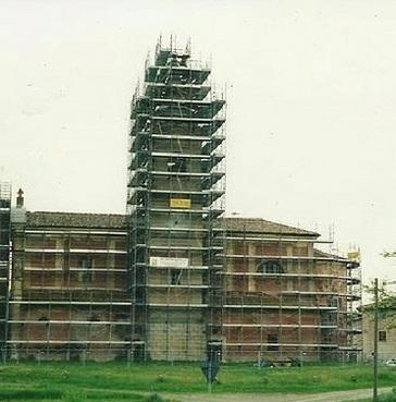 Ponteggio per lavori di ristrutturazione di chiesa con campanile