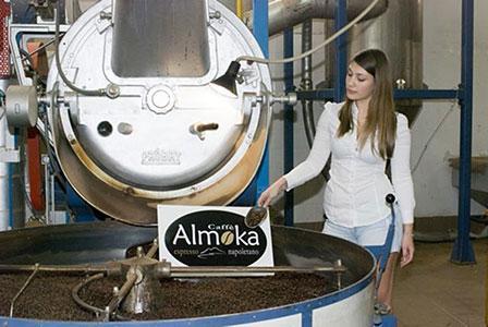Macchina per la torrefazione del caffè presso il laboratorio di Caffè Almoka.