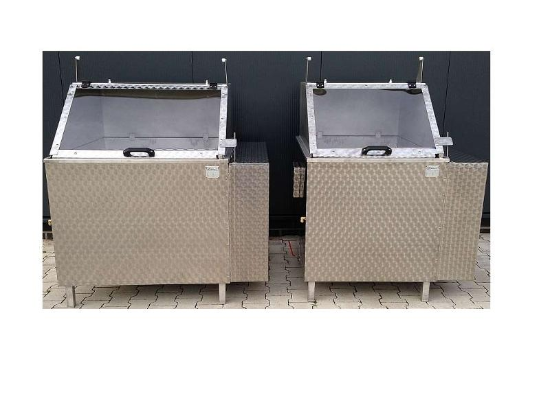 Thermostat controlled rotating scalding tank for all types of poultry, is very effective also for waterfowl.