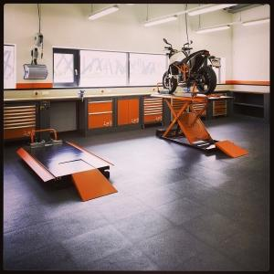 Workshop Furniture and paddock stand.Per maggiori informazioni visitate il sito http://www.lv8.it/index/it/prodotti/categorie.html