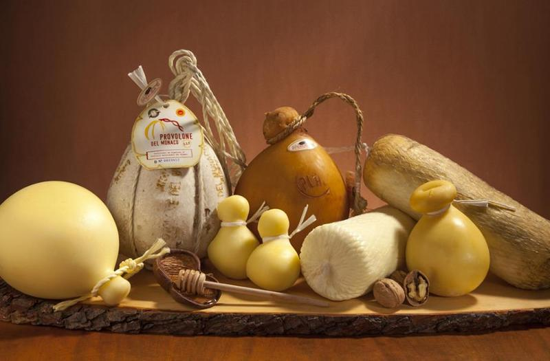formaggi campani, tra cui provolone del monaco, caciotta di bufala, pecorino bagnolese, scamorzine, filone per pizzerie
