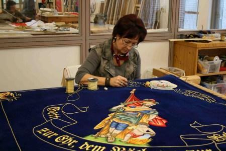 Fahnen Kössinger steht für fast 90 Jahre Erfahrung in der Herstellung und Restaurierung gestickter Vereinsfahnen, Standarten und Banner.