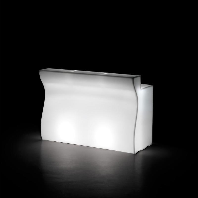 Bancone bar in polietilene, materiale durevole e resistente alle intemperie, perfetto perciò sia per ambienti indoor che outdoor. Il bancone è dotato di un kit di illuminazione led con telecomando.