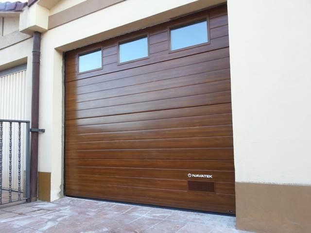 Instalacion de puertas de garaje seccionales en Pamplona