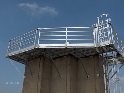 Passerelle et échelle a crinoline aluminium pour la maintenance de cheminée